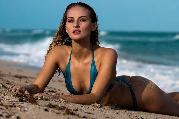 Selena Weber, sco. lla.ture hot in spiaggia a Miami