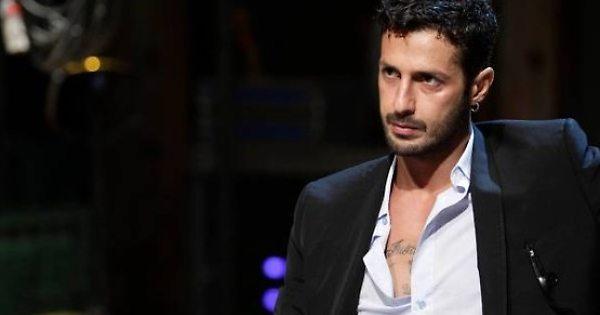Fabrizio Corona, furia totale in aula: calci, pugni e urla contro il poliziotto