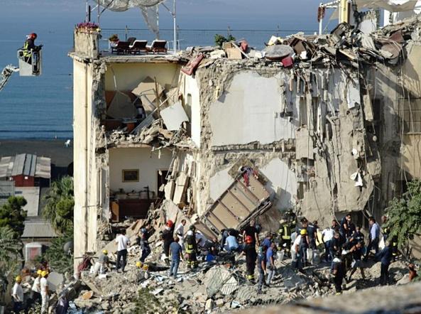 Crolla un palazzo a Torre Annunziata: 6 dispersi tra le macerie, tra cui 2 bimbi. Identificate due vittime. Estratto il cadavere di Eddy
