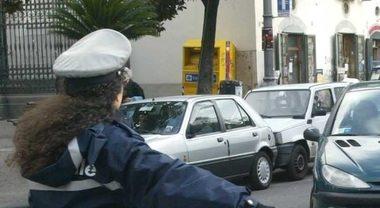 La vigilessa fa la multa all'assessore a capo della Polizia municipale