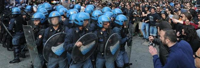 CAOS A BOLOGNA, SCONTRI TRA STUDENTI E POLIZIA: ALMENO DUE FERITI