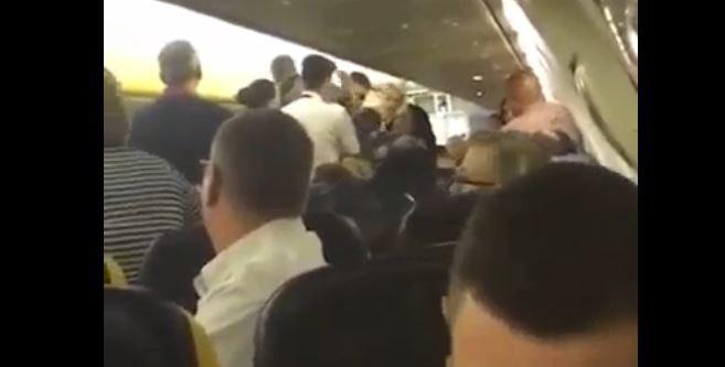 Rissa sul volo Ryanair per Malta, il comandante costretto ad atterrare a Pisa: 4 arresti