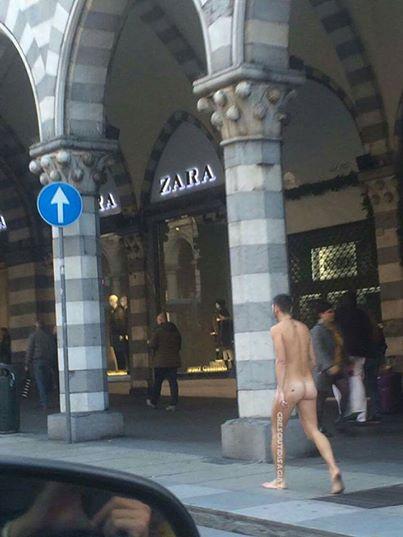 Uomo pazzo in pieno centro sulla via dello shopping, la foto su fb