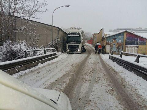 Maltempo, camion di traverso sulla statale. Viabilità in tilt per la neve e il ghiaccio
