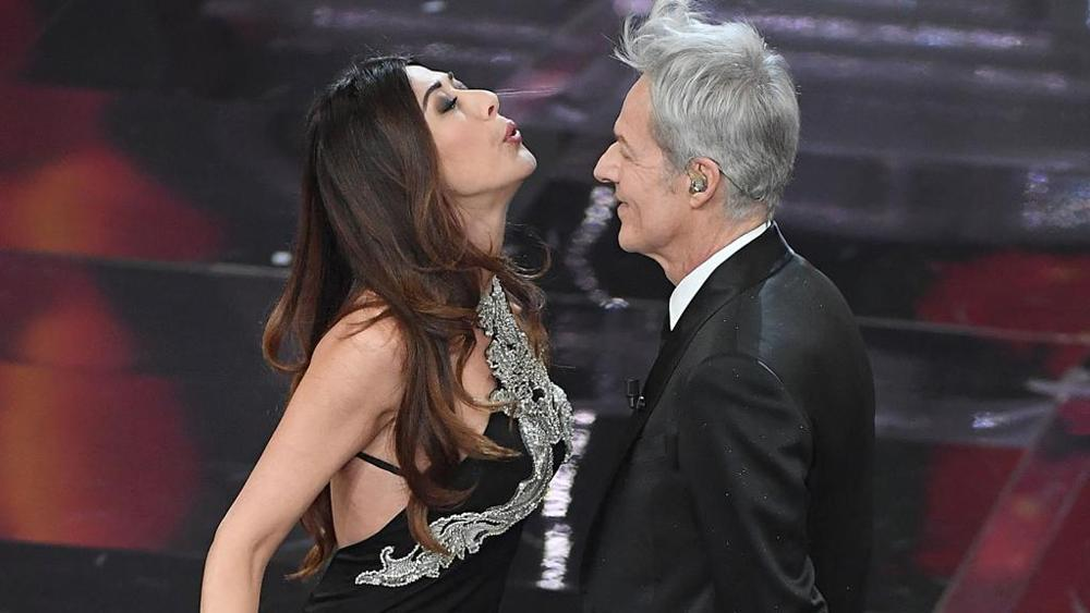 Sanremo, sorpresa Virginia Raffaele: entra dalla platea e gioca con Baglioni