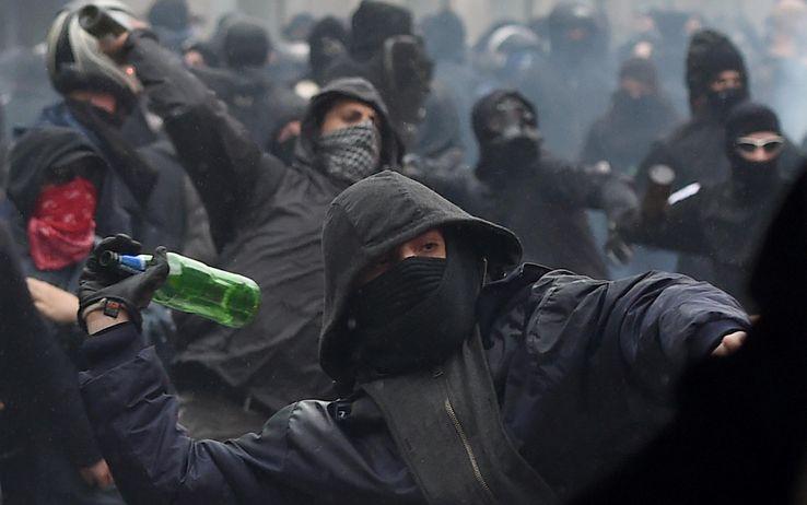 Milano, scontri in pieno centro tra antagonisti e polizia al corteo contro CasaPound