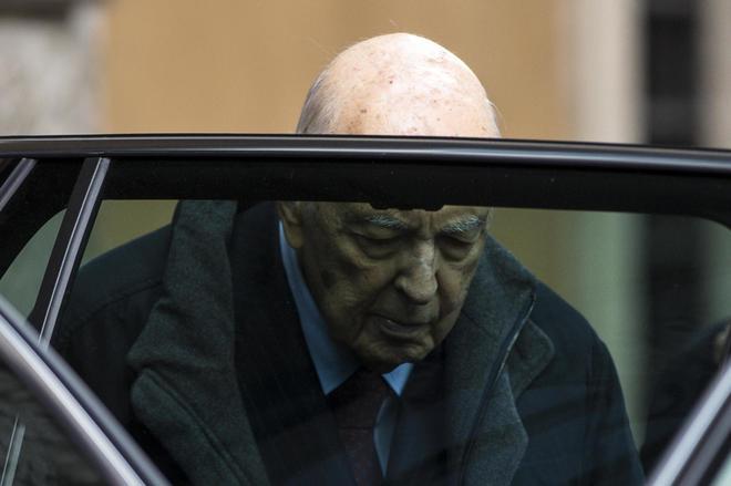 Napolitano sta meglio: «Il peggio è passato, ma l'età è un problema». Mattarella va a trovarlo in ospedale