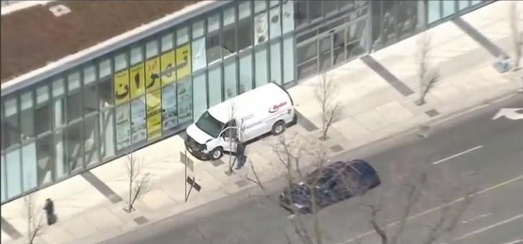 Furgone sui passanti a Toronto, si teme ci siano almeno 5 vittime: preso il guidatore