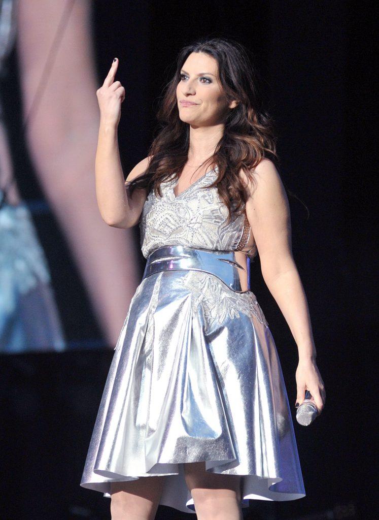 'Tu sco…i tutte', Laura Pausini e un'altra frase spinta durante il concerto: cosa ha detto e la pesante critica di Selvaggia Lucarelli