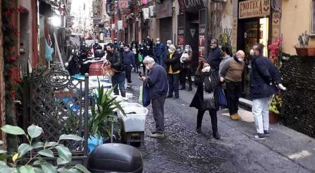Coronavirus a Napoli, c'è l'epidemia ma la gente affolla i Quartieri Spagnoli