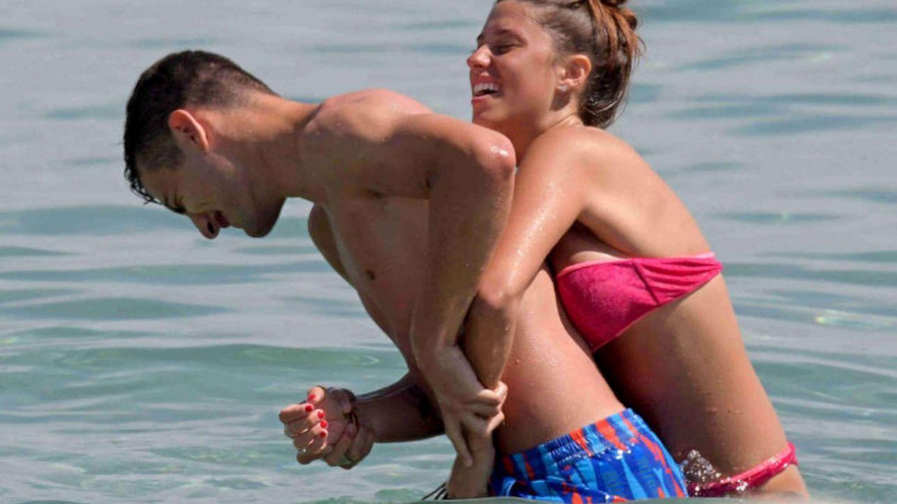 Federico Bonazzoli scatenato in mare con la bombastica fidanzata
