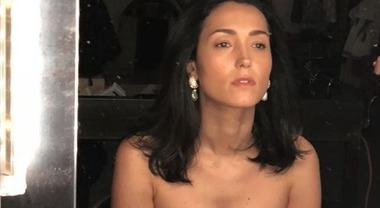Caterina Balivo e la foto struccata allo specchio, il décolleté è esplosivo. «Non ho mai amato guardarmi...»