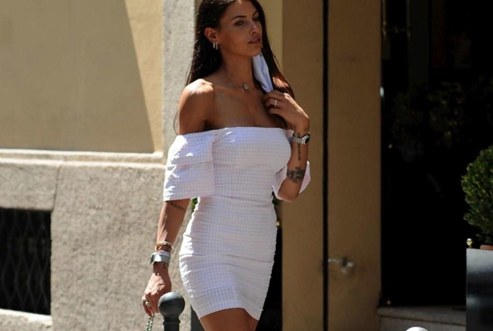 Carolina Stramare in bianco, look da spiaggia a Milano