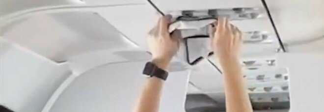 Choc in volo, la passeggera dell'aereo si toglie le mutandine e le asciuga con la ventola dell'aria