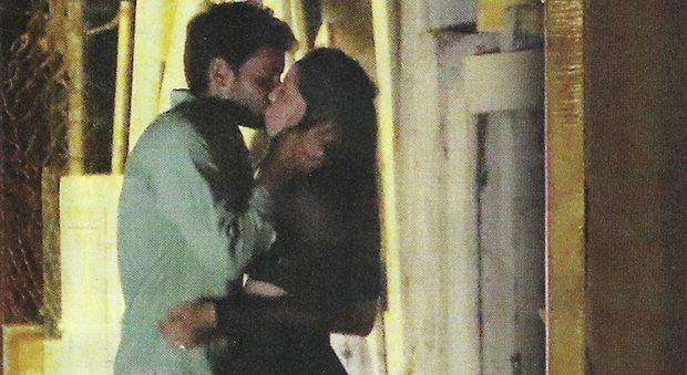 Aurora Ramazzotti, baci hot col fidanzato misterioso a Formentera