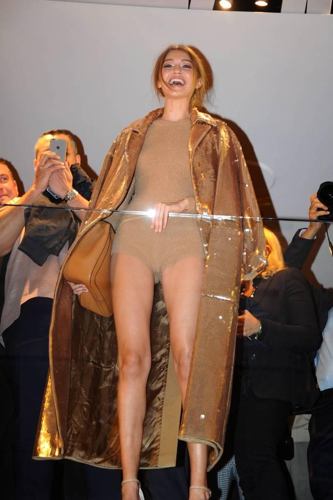 Milano va in tilt per Gigi Hadid (in body e paillettes)