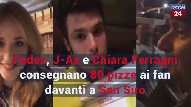 Fedez, J-Ax e Chiara Ferragni consegnano 80 pizze ai fan davanti a San Siro