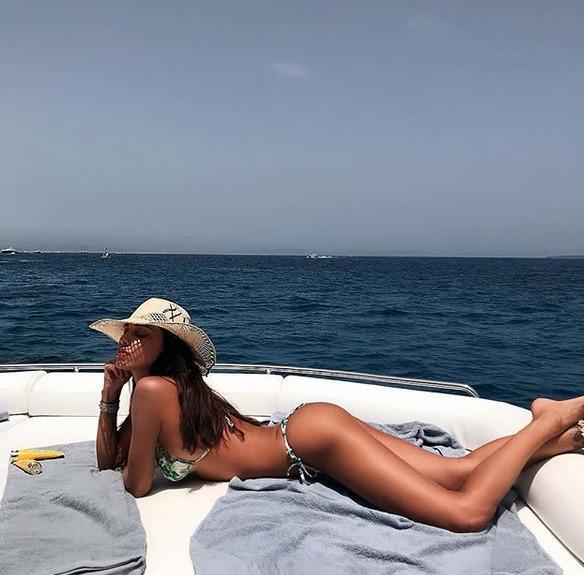 Belen Rodriguez e la foto bollente su Instagram: il commento piccante di Andrea Iannone e la reazione della showgirl