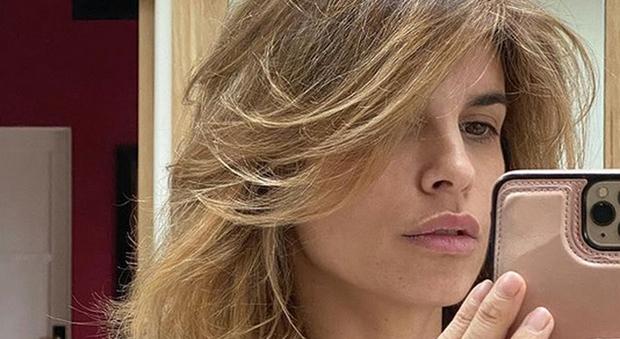 Elisabetta Canalis si fa la piega da sola e pubblica la foto su Instagram: il dettaglio hot non passa inosservato