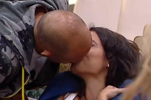 Gf Vip, primo bacio nella casa: Bettarini si avvicina ad Alessia e lei reagisce così