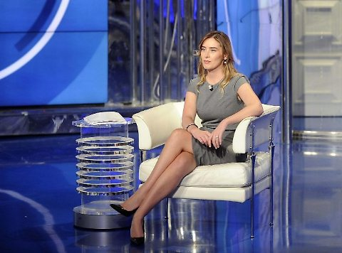 """Maria Elena Boschi e il """"discreto"""" tubino grigio"""