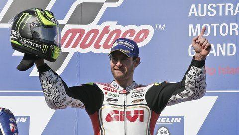 Gp Australia, vince Crutchlow. Splendida rimonta di Rossi, secondo: «Dedico questo podio al Sic»