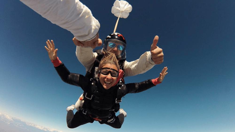 Sara Errani da brivido: la campionessa del tennis si lancia col paracadute