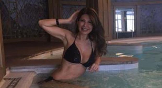 Susanna Messaggio sexy in bikini a 53 anni: vacanza relax, su Twitter le foto in piscina