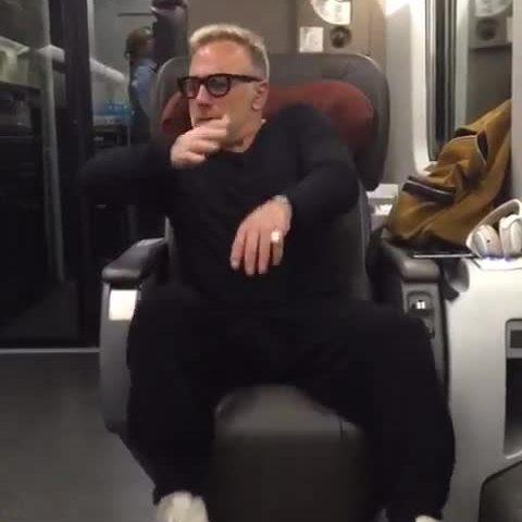 Gianluca Vacchi, ballo scatenato in treno: imbarazzo tra i passeggeri