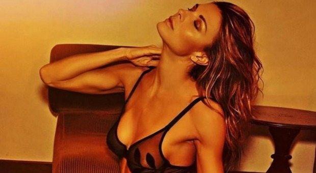 Martina Colombari, sensualità ed eleganza: una bellezza che non sfiorisce mai