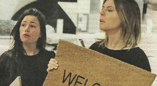 E' tempo di acquisti per Paola Perego e la figlia Giulia, di 24 anni.