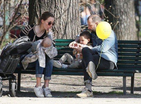 Fabio Volo in famiglia: al parco con Johanna e i figli Gabriel e Sebastian