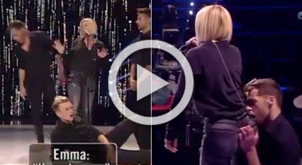 """Amici, ballerino tocca Emma mentre si esibisce e lei: """"Ora basta, non me l'appoggiare!"""""""