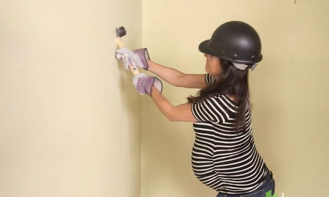 Mila Kunis muratore in tv: incinta ristruttura la casa dei genitori