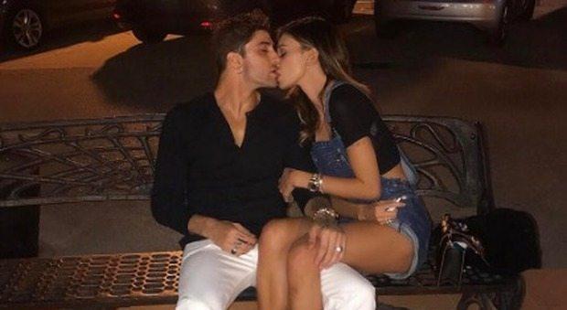 Belen e Iannone, bacio appassionato su Instagram. Ma i fan notano un particolare...