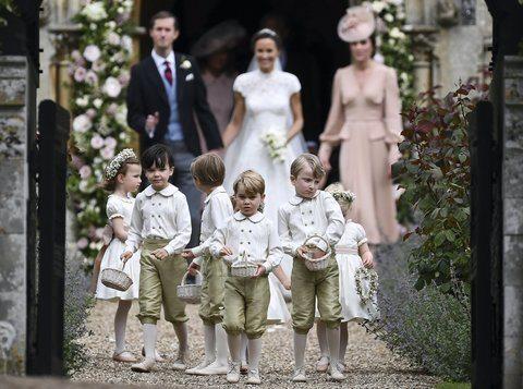 Baby George in lacrime, mamma Kate lo sgrida al matrimonio di zia Pippa e il piccolo scoppia a piangere