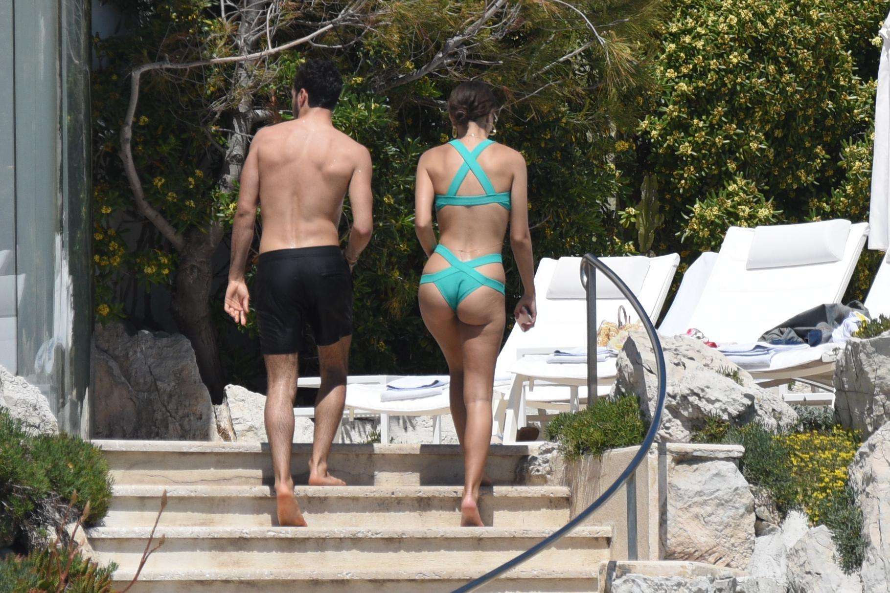 Emily Ratajkowski, red carpet a Cannes con cellulite