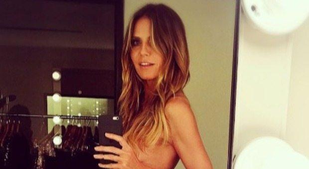 La giornata in ufficio di Heidi Klum è... in topless