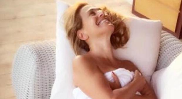 Barbara D'Urso, foto a tradimento dopo la doccia: l'asciugamano è molto molto corto
