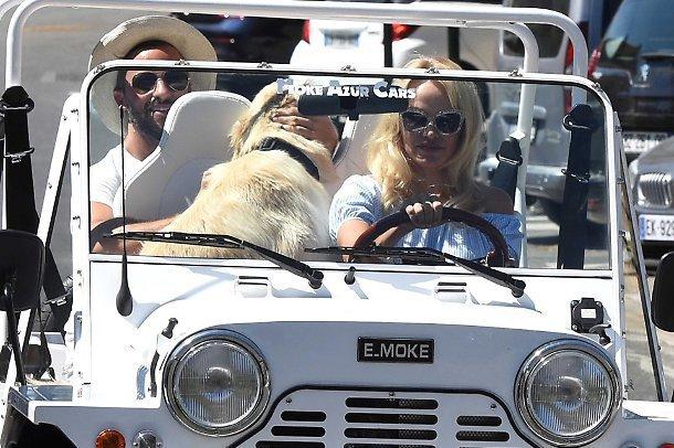 Pamela Anderson ha le idee chiare al volante: il cane è più importante, l'amico è umiliato