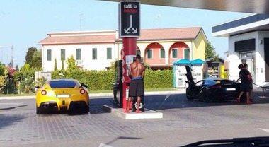 Padova, chi è quell'uomo palestrato a torso nudo che fa benzina alla sua Ferrari? Super Mario Balotelli