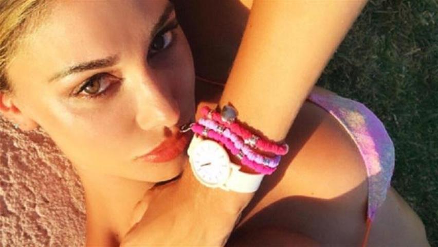 Belen e il selfie in topless a Ibiza. Ma i fan su Instagram non le perdonano un dettaglio