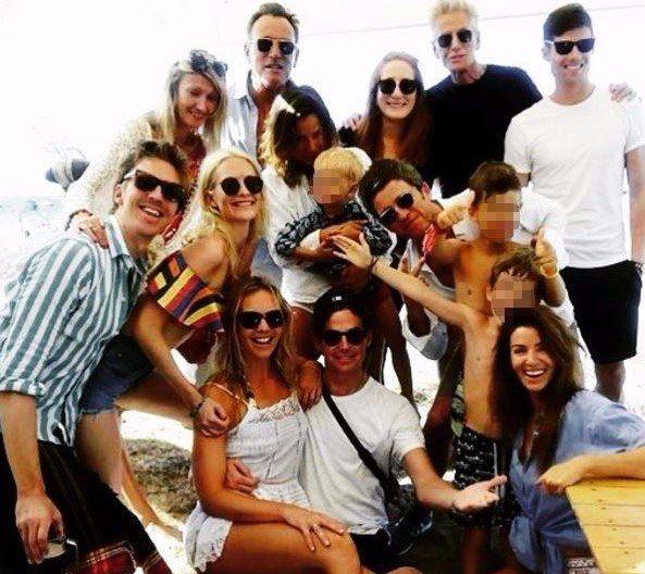 Formentera, foto di gruppo stellare: riconosci i vip in vacanza... insieme?