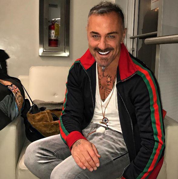 Gianluca Vacchi taglia la barba e tinge i capelli di blu