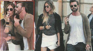 Eleonora Pedron e Tommy Vee, passeggiata romantica col telefonino in primo piano