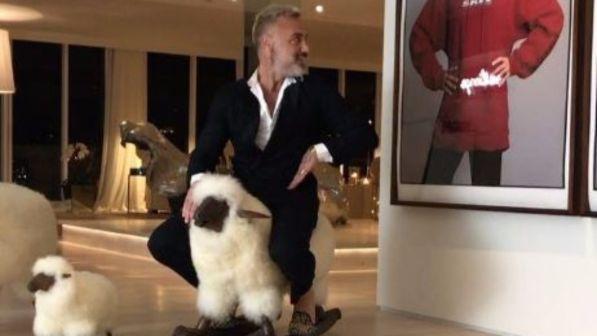 Gianluca Vacchi, che show: cavalca la sua pecora e si scatena in un balletto con spogliarello