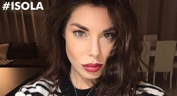 """Bianca Atzei all'Isola dei famosi: """"Ho voglia di mettermi a nudo"""". Pioggia di commenti sui social"""
