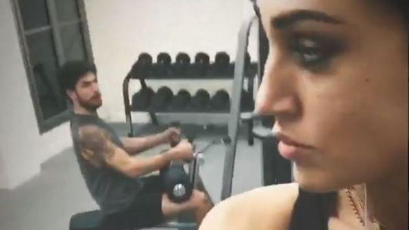 Cecilia Rodriguez e Ignazio Moser fanno ginnastica di coppia