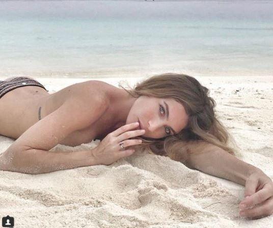 Cristina Buccino ed Eleonora Pedron, curve da single nel resort alle Maldive