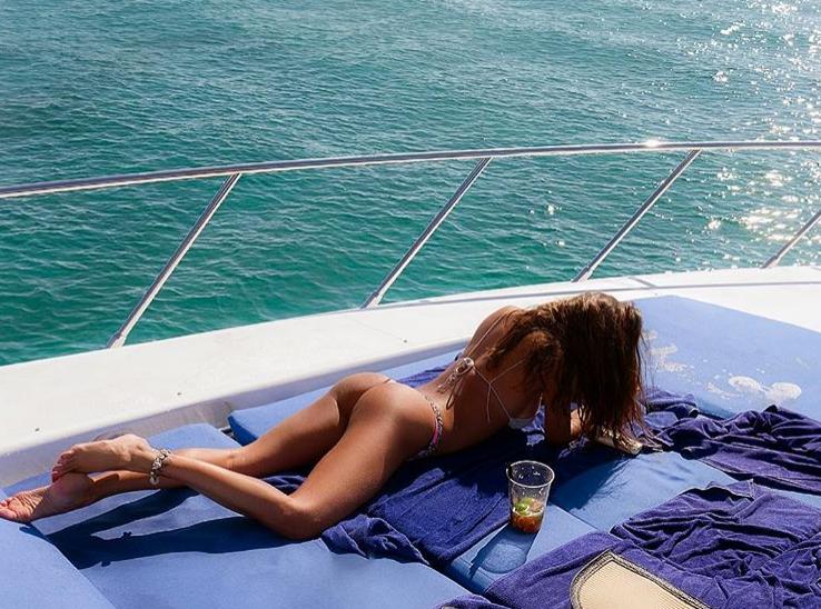 Belen, il lato b sulla barca è da urlo: la tintarella conquista i fan